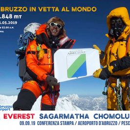 Bandiera Regione Abruzzo in vetta all'Everest | EXPLORA DREAMERS
