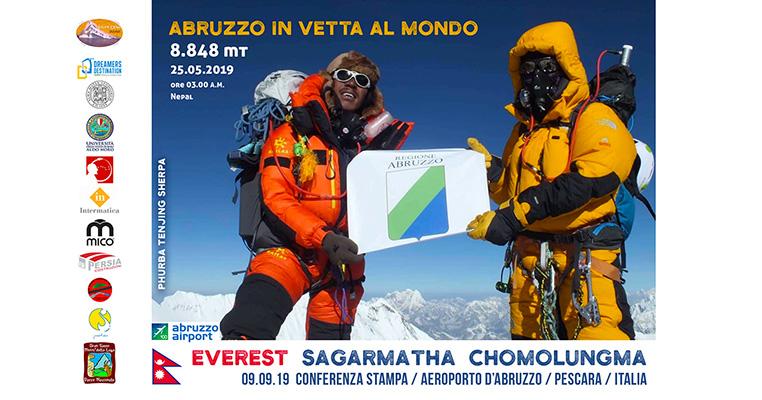 Bandiera Regione Abruzzo in vetta all'Everest | EXPLORA DREAMERS